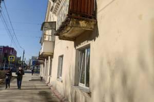 Часть балкона рухнула со 2 этажа дома на тротуар по улице Пушкина в Брянске