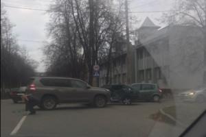 В Брянске возле БГТУ внедорожник протаранил ВАЗ