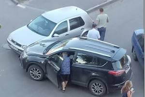 В Брянске у поликлиники №5 не поделили дорогу две легковушки