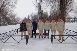 Юнармейцы в Трубчевске расчистили от снега Братскую могилу