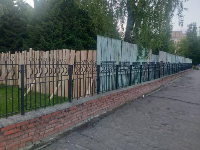В Брянске детскую горбольницу №1 обнесли таинственным забором