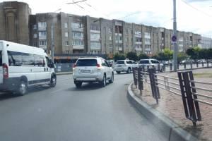 Свадебный кортеж «крутышей» заблокировал движение в центре Брянска