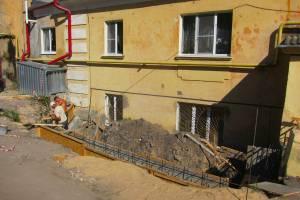 В Брянске идет ремонт убитых дворов старых домов на набережной