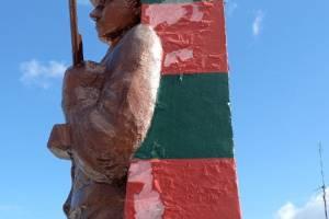В Новозыбкове со скандального памятника пограничникам начала отваливаться краска