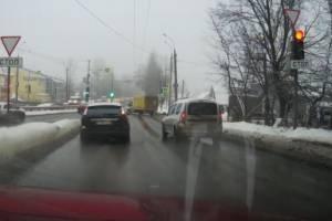 В Брянске два водителя сорвались со светофора на красный сигнал