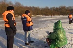 В Брянске чиновники и полицейские пошли по тонкому льду за отчаянными рыбаками