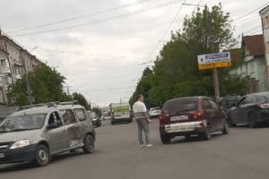 В Брянске у остановки «Почта» столкнулись две легковушки