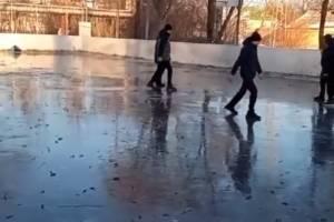 В Белых Берегах подростков обвинили в порче льда на катке