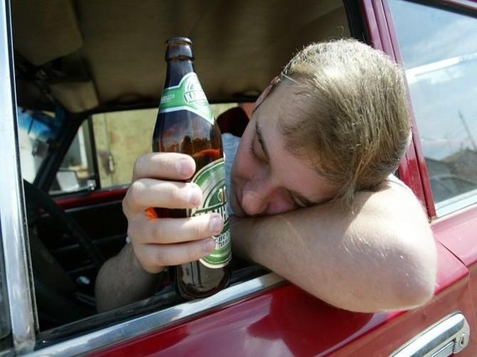 В Карачеве двое пьяных парней угнали машину и врезались в дерево