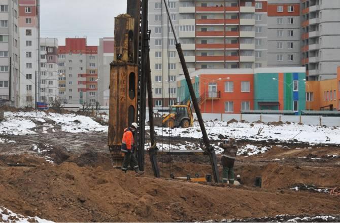В фундамент будущей школы на улице Романа Брянского забили первую сваю