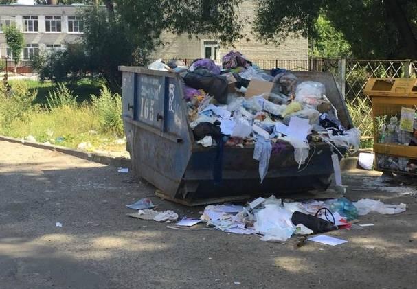 В Брянске пожаловались на переполненные контейнеры возле школы №57