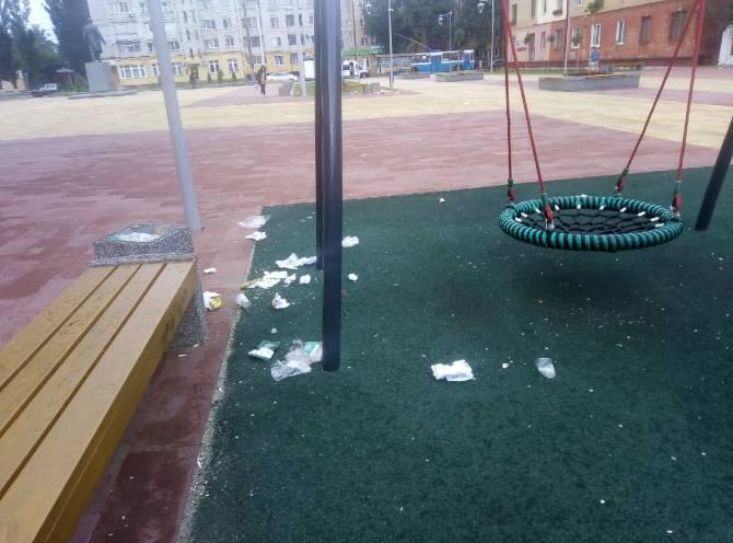 Брянцы загадили новый сквер у кинотеатра «Салют»