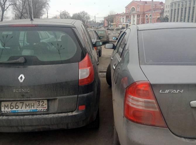 Возле вокзала «Брянск-I» сфотографировали аса парковки