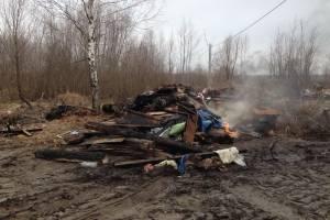 В Брянске водитель самосвала вывалил отходы возле жилых домов