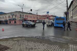 В Брянске у Набережной в массовое ДТП попали автобус №1 и такси