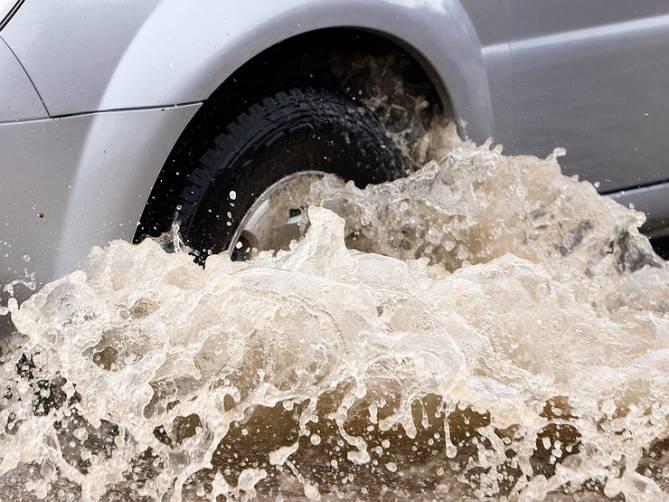 В Брянске автомобили пытаются выплыть на федеральную трассу