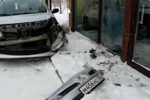 В Брянске у «Аэропарка» легковушка врезалась в цветочный павильон
