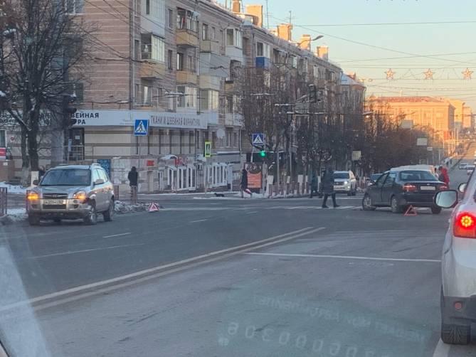 На проспекте Ленина в Брянске не поделили дорогу две легковушки