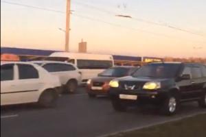 В Брянске парализовавшую два района жуткую пробку сняли на видео