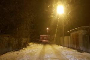В Белых Берегах после скандала включили уличное освещение