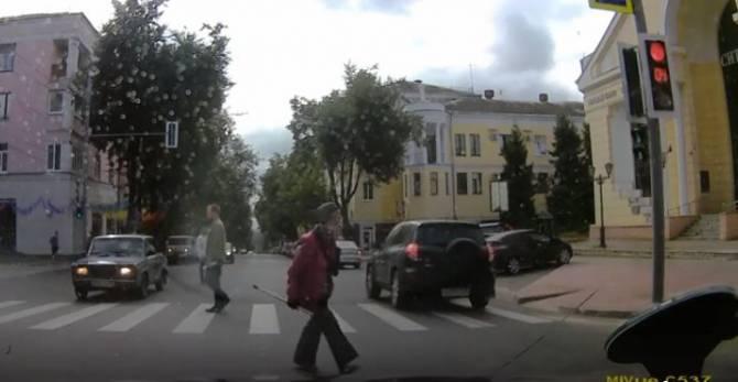 В Брянске водитель внедорожника проехал по зебре на красный