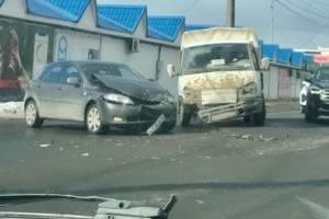 Легковой автомобиль и ГАЗель столкнулись возле «Европы» в Брянске
