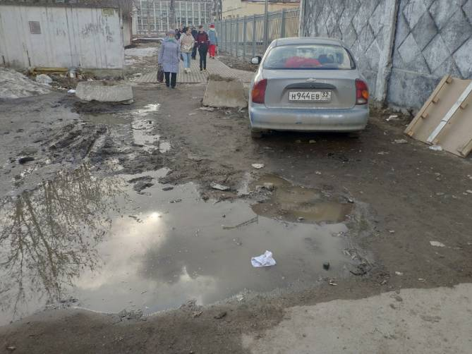 Переход от вокзала Брянск-Орловский к улице Димитрова вывел пешеходов в грязь