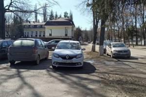 В Брянске автохама наказали за парковку на тротуаре перед кинотеатром «Победа»