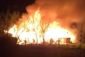 В Белых Берегах крупный пожар в заброшенном бараке угрожает жилым домам
