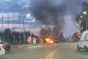 В Брянске сняли на видео горящую легковушку возле Кургана Бессмертия