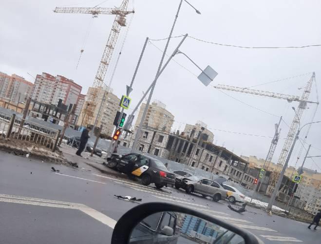 В Брянске «Яндекс.Такси» столкнулось с легковушкой и снесло столб