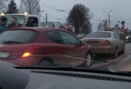 В массовом ДТП на Городищенской горке седан лишился заднего колеса