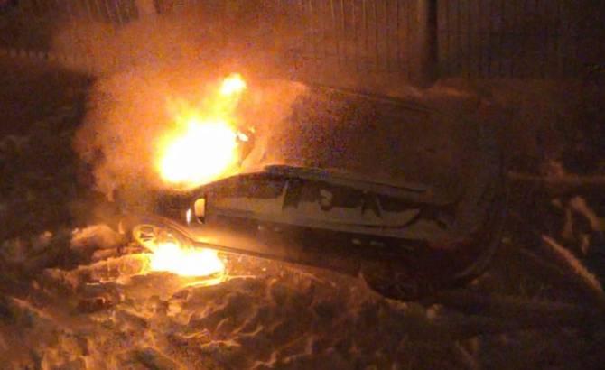 В Брянске сняли на видео горящий внедорожник директора телеканала «Городской»