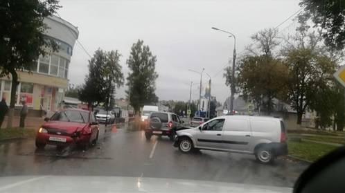 В Дятьково на центральной улице не разъехались легковушки
