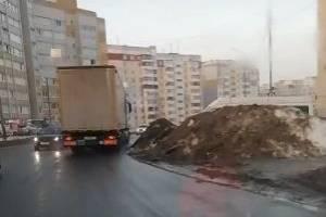 Дорога на Романа Брянского сузилась в два раза из-за сугробов на обочинах