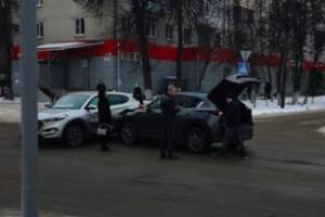 В Брянске у БГТУ столкнулись две легковушки