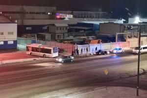 В Брянске автобус уничтожил легковушку в ДТП возле гипермаркета «2X2»