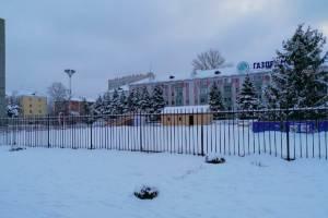В Брянске на площади Партизан начали заливать каток