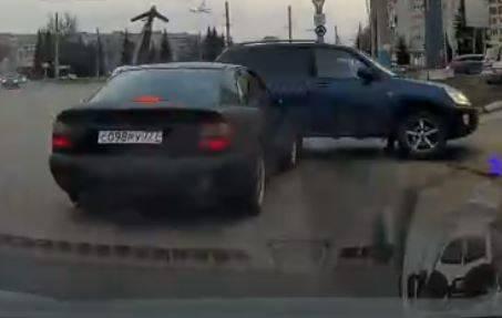 В Брянске возле «Электроники» столкнулись седан и внедорожник