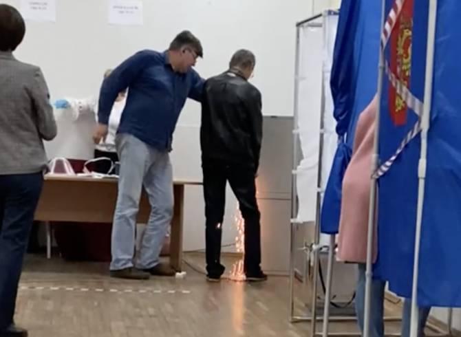 В Брянске сняли видео вскрытие болгаркой сейфа на избирательном участке