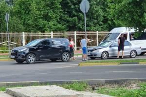 В Брянске на Новостройке не разъехались два автомобиля