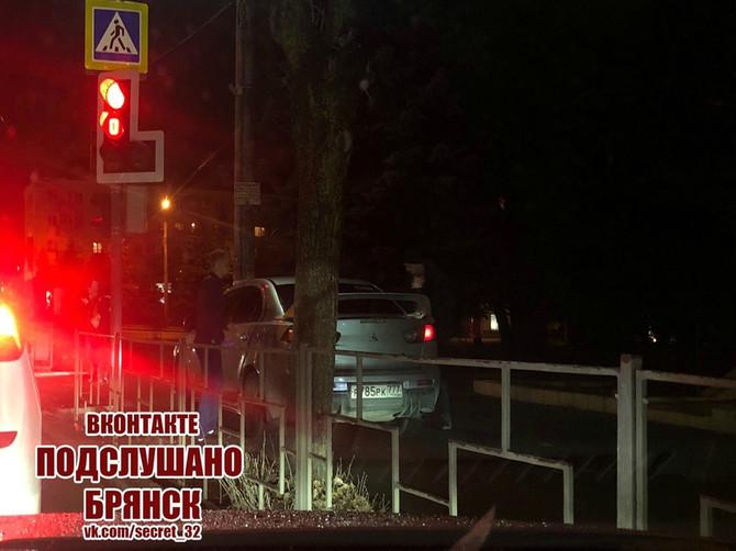 В Брянске на площади Партизан водитель Mitsubishi проехал по тротуару