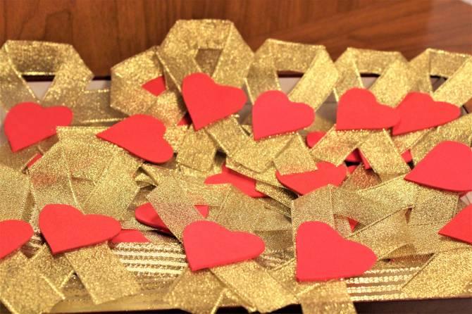 Почепские библиотекари изготовили золотые ленточки в поддержку онкобольных детей