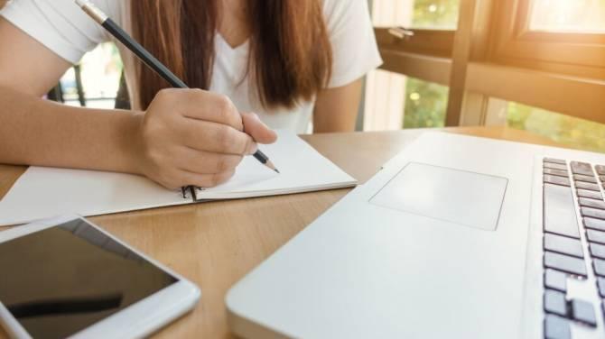 Стало известно о сроках завершения учебного года в брянских школах