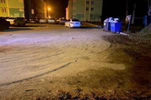 В Белых Берегах 24-летний байкер снес мусорное ограждение и сломал череп