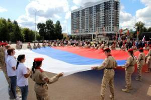На площади Воинской Славы Брянска развернули огромный триколор