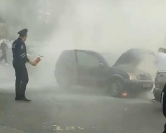 В Брянске возле Кургана загорелась попавшая в ДТП иномарка