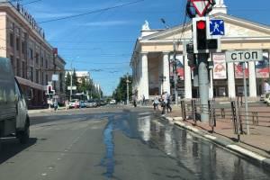 Предупредили о коварном светофоре возле драмтеатра брянских водителей