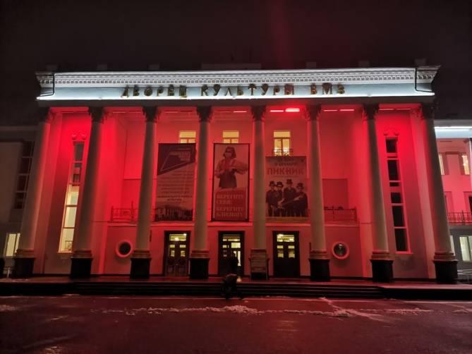 В Брянске учреждения культуры подсветили патриотической иллюминацией