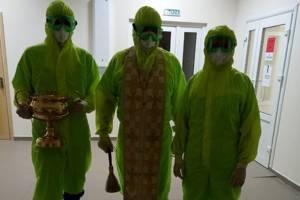 Протоиерей в защитном костюме освятил ковидный госпиталь в Унече